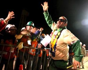 El segundo en subir fue Mario Sepúlveda, de 40 años, quien fue recibido por su esposa Elvira al salir de la jaula de acero que lo izó desde 622 metros, donde se encuentra un taller, cercano al refugio donde quedaron atrapados los hombres desde el 5 de agosto.