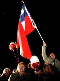 El campamento era fiesta de aplausos y lágrimas cuando la señal de la televisora nacional retransmitía en una pantalla gigante la llegada del socavón del rescatista y la subida del primer minero.