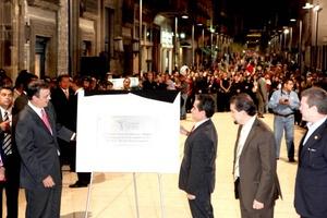 El jefe de Gobierno del Distrito Federal, Marcelo Ebrard, inauguró el corredor peatonal en la calle de Madero, en el Centro Histórico, que conecta la Alameda y el Palacio de Bellas Artes con el Zócalo capitalino.