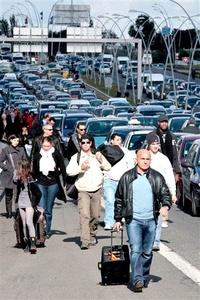 Las protestas paralizaron el tráfico con destino al aeropuerto y algunos pasajeros caminaron cientos de metros por un carril de emergencia.