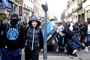 Nuevos brotes de violencia estallaron en Lyon, donde la policía intentaba la captura de jóvenes implicados en desmanes y saqueos. Los jóvenes volcaron un vehículo y lanzaron botellas.