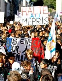 Un grupo de estudiantes levantó barricadas en una escuela secundaria en París y tenían previsto sumarse a las protestas nacionales convocadas para este jueves contra una reforma que Sarkozy considera crucial para su presidencia.