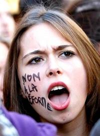 La escasez de gasolina y la violencia por protestas estudiantiles han sido apenas algunas de las manifestaciones más graves de un enfrentamiento entre el gobierno y los sindicatos, los cuales creen que la jubilación a los 60 años es un derecho ganado con esfuerzo.