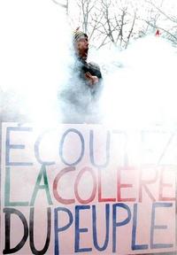Una cuarta parte de las gasolineras carecían de combustible a pesar de que el presidente Nicolas Sarkozy había ordenado la apertura, incluso por la fuerza, de los depósitos que huelguistas mantenían cerrados con barricadas.