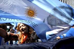 A las 11:22 horas locales (14:22 GMT), la presidenta entró a la Galería de los Patriotas Latinoamericanos, en donde está colocado el féretro cerrado con los restos de su marido, cubierto con una bandera albiceleste y custodiado por un crucifijo.