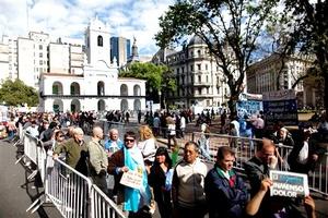 En medio de una amplia expectación, la mandataria llegó a la sede del gobierno, la Casa Rosada, a las 11:17 horas locales (14:17 GMT), una hora después del inicio del incesante desfile de simpatizantes que fueron a despedirse del ex presidente.