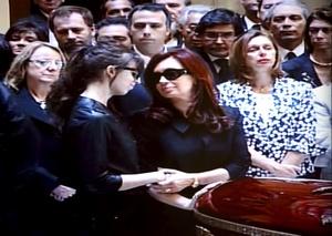 La presidenta de Argentina, Cristina Fernández, encabezó hoy el multitudinario velorio de su esposo y antecesor Néstor Kirchner, quien falleció la víspera de manera sorpresiva.