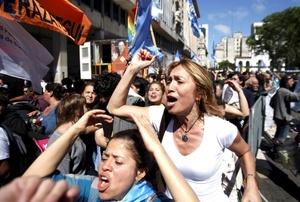 La multitud impidió avanzar a los cuatro ministros del Gabinete que pretendían dirigir un mensaje a los concentrados en la plaza y que, finalmente, tuvieron que ser conducidos al interior de la Casa Rosada sin poder hacerlo.