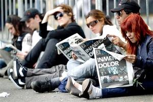 Con cánticos, banderas, carteles y flores, los simpatizantes de quien gobernó Argentina entre 2003 y 2007 se concentraron en el principal paseo público de la capital para manifestar también su apoyo a la esposa y sucesora de Kirchner, la presidenta Cristina Fernández.