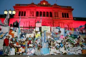 Gracias Néstor por acordarte de los pobres, se leía en otra de las banderas en homenaje a Kirchner, bajo cuyo mandato se dictaron leyes que beneficiaron a los humildes. Otros manifestantes se acercaban a un vallado frente a la Casa de Gobierno y depositaban flores o bien mensajes de condolencias.