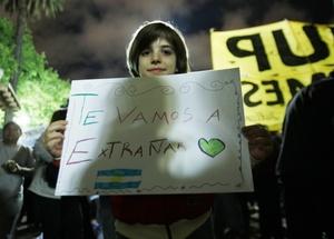 Centenares de personas empezaron a llegar a la plaza, en forma silenciosa. Varios de ellos portaban banderas argentinas, en homenaje a Kirchner o en apoyo al gobierno de Fernández.