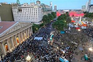 El deceso de Kirchner, hombre fuerte del heterogéneo movimiento peronista que fundara Juan Domingo Perón, encontró a los argentinos en su mayor parte en sus hogares, a la espera de un censo nacional.