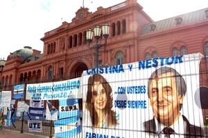 El esposo de la actual presidenta Cristina Fernández falleció por una afección cardíaca en un hospital de la Patagonia argentina, de donde era oriundo, destacó la página oficial del gobierno.