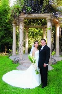 Ana Cecilia Rendón Sánchez y Héctor Adrián Montes Siller fueron unidos en matrimonio el nueve de octubre de 2010 en la parroquia de Los Ángeles. Ellos son hijos de los señores Humberto Rendón Arce y Alicia Sánchez de Rendón; Héctor Montes Cruz y Rebeca Siller de Montes. <p> <i>Gustavo Borroel Fotografía</i>
