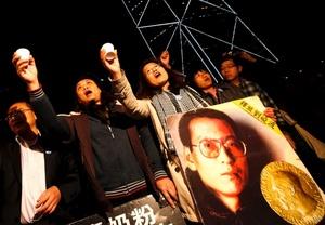 Los activistas celebran durante la transmisión en directo de la ceremonia de entrega del Nobel de la Paz al disidente chino Liu Xiaobo, en Hong Kong, China.