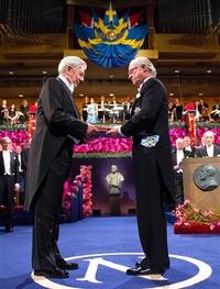 El escritor peruano Mario Vargas Llosa recibió hoy de manos del rey Carlos Gustavo de Suecia la medalla y el diploma que le acreditan como Premio Nobel de Literatura 2010.