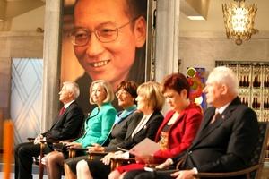 La ceremonia del viernes fue la primera en 74 años en la que el prestigioso premio dotado con 1,4 millones de dólares no fue entregado personalmente, ya que Liu cumple una pena de 11 años de reclusión en China por pedir cambios radicales en el sistema político comunista que rige el país.