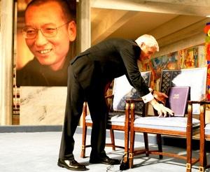 En la ceremonia de este año de la entrega de los premios Nobel, el ganador del galardón de la paz, el detenido disidente chino Liu Xiaobo, estuvo representado el viernes por un sillón vacío.