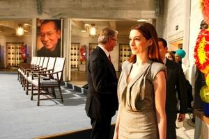La actriz Anne Hathaway a su llegada a la ceremonia de entrega del Nobel.