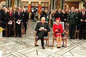 El Rey Harald V y la Reina Sonja de Noruega asisten a la ceremonia de entrega del Nobel celebrada en Oslo (Noruega).