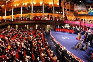 Gran número de personas antes del comienzo de la ceremonia de entrega de los Premios Nóbel de Literatura, Medicina, Física, Química y Economía.