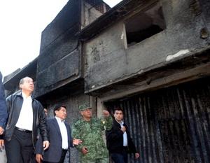 Felipe Calderón visitó a damnificados de la explosión de ductos de Pemex. En el Complejo Cultural Texmeluquense, escuchó el reporte de la gente que le pidió cobertores y le notificaron que recibían ya alimentos.