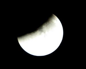 Los rayos del astro rey, que de otra manera se reflejarían en la superficie del satélite para ofrecer una luna llena, quedan bloqueados. Por efecto de la atmósfera terrestre, sin embargo, logra pasar algo de luz indirecta y le da a la Luna un color espectral.