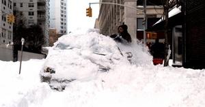 En algunos lugares se ha llegado a acumular más de medio metro de nieve y por ello las escenas de gente desenterrando vehículos y despejando calzadas se han repetido en toda la isla de Mahattan.
