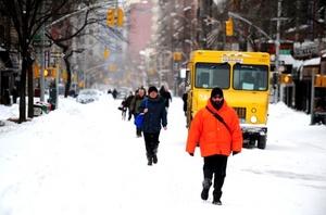 Apenas se veían vehículos por las grandes avenidas que atraviesan la isla y pocos eran los transeúntes que se aventuraban a tratar de llegar a pie a sus puestos de trabajo, afectados también por un fuerte viento helado.