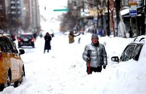 Miles de neoyorquinos y turistas quedaron hoy atrapados en casas, aeropuertos y hasta trenes a causa de una gran nevada.