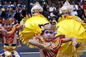 Bailarinas balinesas participan en un desfile para celebrandor la llegada del Año Nuevo en Denpasar, Bali, Indonesia.