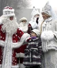 Una pareja disfrazada de Padre Helado y su nieta participan en un desfile por el Año Nuevo en Biskek, Kirguizistán. El Padre Helado es el equivalente a Papa Noel en la cultura eslava.
