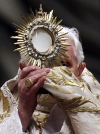 Ataviado con capa pluvial y mitra doradas, Benedicto XVI ofició hoy en la imponente Basílica de San Pedro una solemne ceremonia de Te Deum de Acción de Gracias por el año que finaliza.