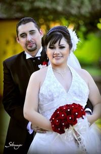 Lic. Adriana Guadalupe Miranda Hernández y Arq. Carlos E. Cruz Ontiveros recibieron el Sacramento del Matrimonio el 11 de diciembre de 2010. <p> <i>Fotografía Ramón Sotomayor</i>