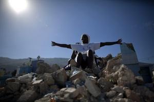 Los haitianos recordaron con la suelta de cientos de globos blancos y un minuto de silencio el trágico momento en el que hace un año un devastador terremoto arrasó gran parte de Puerto Príncipe.