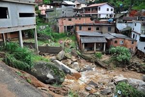 Se prevé que la cifra de muertos aumente a medida que los bomberos lleguen a las zonas más inaccesibles afectadas por los deslizamientos y las inundaciones.