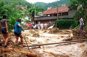 Un número indefinido de viviendas, automóviles, tiendas, carreteras y puentes fueron destruidos por avalanchas de agua, barro y basura, que arrollaron todo lo que encontraron a su paso.