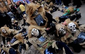 Por las calles se empujan unos 20,000 visitantes, muchos llegados de los países de los alrededores, y también participan en el carnaval unos elencos de Croacia y Bulgaria.