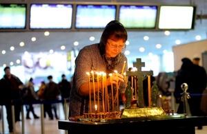 La zona de llegadas internacionales del aeropuerto Domodedovo estaba envuelta en una nube de humo. En el lugar donde transitaban cientos de personas al momento del estallido quedaron esparcidos; había pedazos de tejidos humanos.