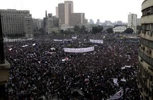 Por segundo día consecutivo, el servicio de trenes y la banca, y las autoridades cerraron el último servidor de internet que permanecía abierto en Egipto e impuso limitaciones a las comunicaciones telefónicas.