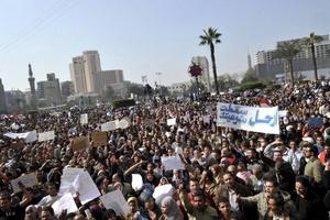 En medio de severas medidas de seguridad, miles de egipcios caminan hacia la Plaza y se concentran en los alrededores para alcanzar el millón de asistentes.