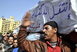 Las riadas de detractores del presidente les impidieron avanzar hacia la plaza Tahrir, situada a apenas unos centenares de metros del edificio, señalaron fuentes de seguridad.