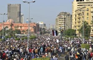 Una manifestación de unas mil 500 personas leales a Mubarak intentó concentrarse frente a la radiotelevisión egipcia.