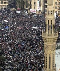 Entre quienes se dirigen a los manifestantes se encuentra el conocido presentador de la televisión pública egipcia Mahmud Saad.