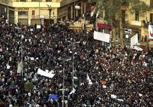 Cualquier caseta o lugar elevado sirve para enardecer a las masas y lanzar un mensaje unívoco, al margen de ideologías o credos: Que se vaya Mubarak.