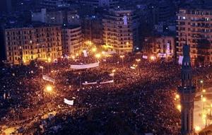 Una marea humana de más de 100 mil personas, abarrotó la plaza cairota de Tahrir y decenas de miles más colapsan las calles aledañas, que siguen recibiendo a gente pese a que está a punto de entrar en vigor el toque de queda en Egipto.
