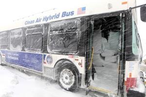 Un autobús público, que se atascó por la nieve, sirvió de refugio para varios automovilistas que quedaron atrapados por la tormenta durante cinco horas, antes de ser rescatados, pero los vehículos abandonados resultaron un obstáculo para reabrir la avenida.