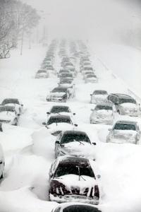 Decenas de vehículos quedaron atrapados entre la nieve.