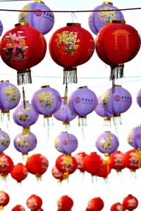 Las decoraciones y los alimentos típicos del Año Nuevo Lunar se apoderan de los mercados y después de los hogares, llenando de rojo, oro y caligrafías todos los lugares.