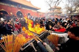 Los templos se llenan de gente, pero también se presentan los respetos a los antepasados ante su altar en el hogar.